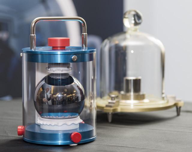 Siliziumkugel und Ur-Kilogramm