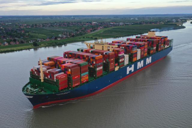 Die HMM Algeciras auf der Elbe bei ihrem Erstanlauf in Hamburg