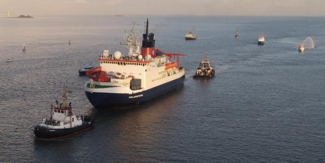 FS Polarstern wird zur Begrüßung von zahlreichen Schiffen und Booten begleitet
