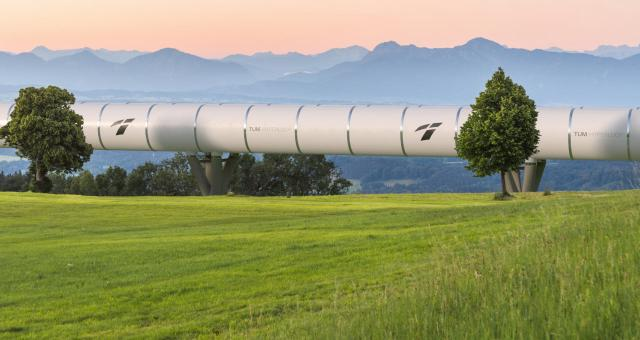 Eine Hyperloop-Röhre in der bayerischen Landschaft