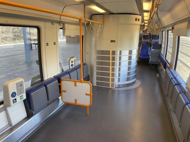 Mehrzweckbereich mit Rollstuhlstellplätzen und barrierefreiem WC